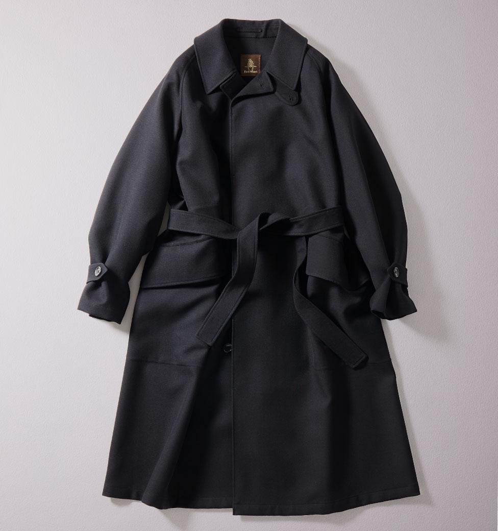 FOCUS 02  ミリタリーテイストを採り入れ現代のエレガンスを再構築。1950年代のイギリス軍で重用されたゴム引きコートをベースとして、ウール100%右綾二重織りのファブリックを採用したコート。縫い目のない「一枚袖」のラグランスリーブにすることで、肩から袖にかけてゆったりとした膨らみがありつつ、美しいラインを演出。